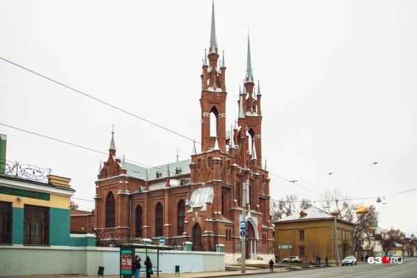 В центре Самары много памятников архитектуры. Вот, например, прекрасный костел