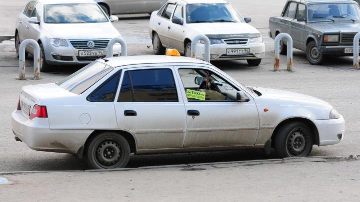 В Ревде водитель, лишенный прав за пьяное ДТП, устроился в такси и на третий день попал в аварию