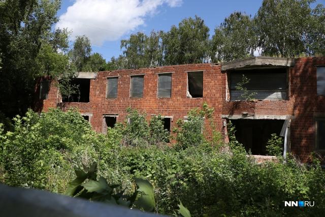 Местные жители устали негодовать, почему в историческом центре города стоит брошенное здание детсада