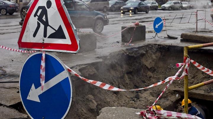 Это провал: на улице Никитина просели газон и асфальт
