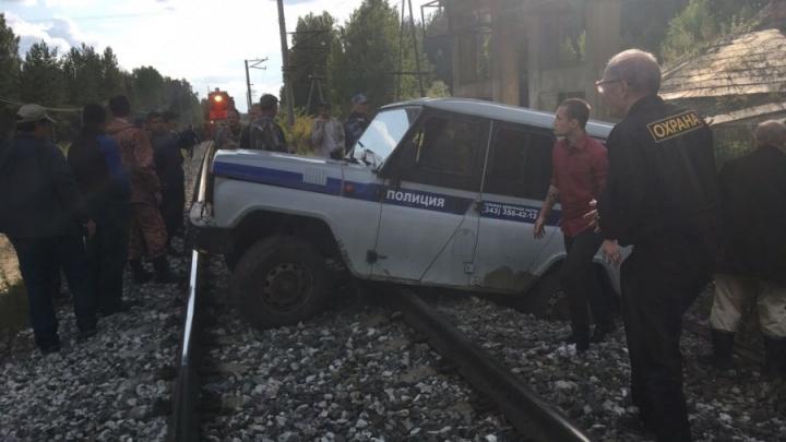 Гнались за черными лесорубами: в полиции Екатеринбурга объяснили, почему их УАЗ застрял на рельсах