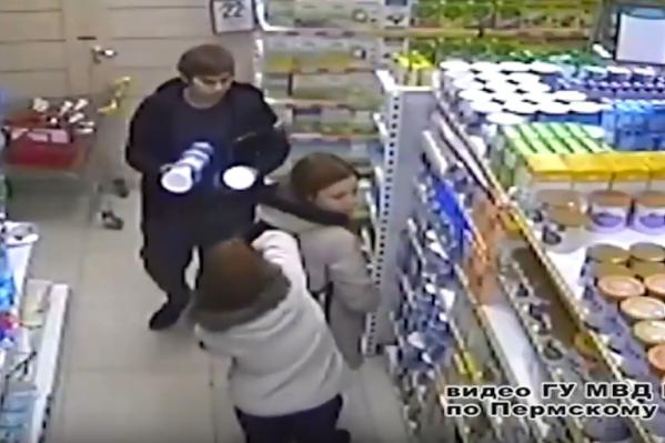 Юноша и девушки без стеснения складывают банки в рюкзаки