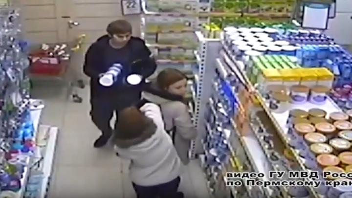 Полиция ищет двух девушек и двух мужчин, которые украли молочную смесь на 76 тысяч рублей