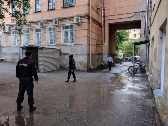 Полиция у дома на ул. Ленина, 18.Фото Алексея Кошлякова