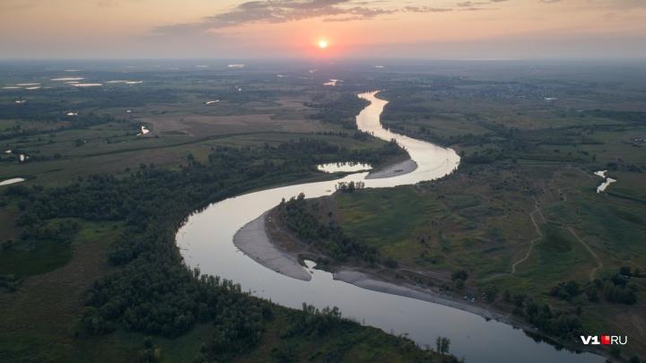 «Гробят рыбу, землю и природу»: волгоградский фотограф снял с высоты красоты Волго-Ахтубинской поймы
