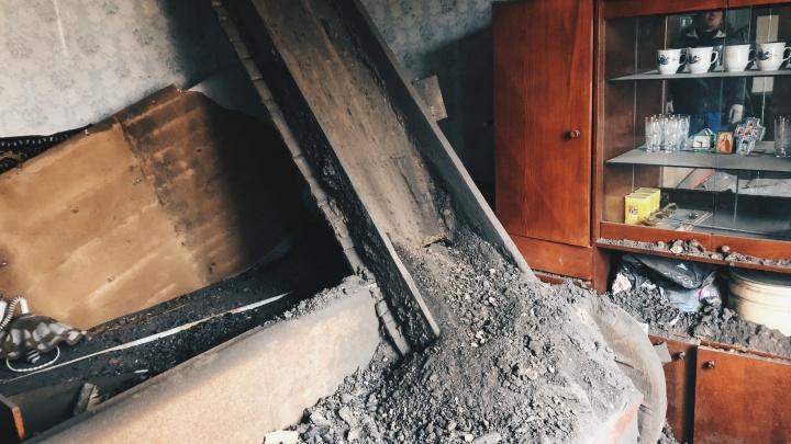 «И земелькой присыпало сверху»: в жилом доме на Ставропольской рухнул потолок