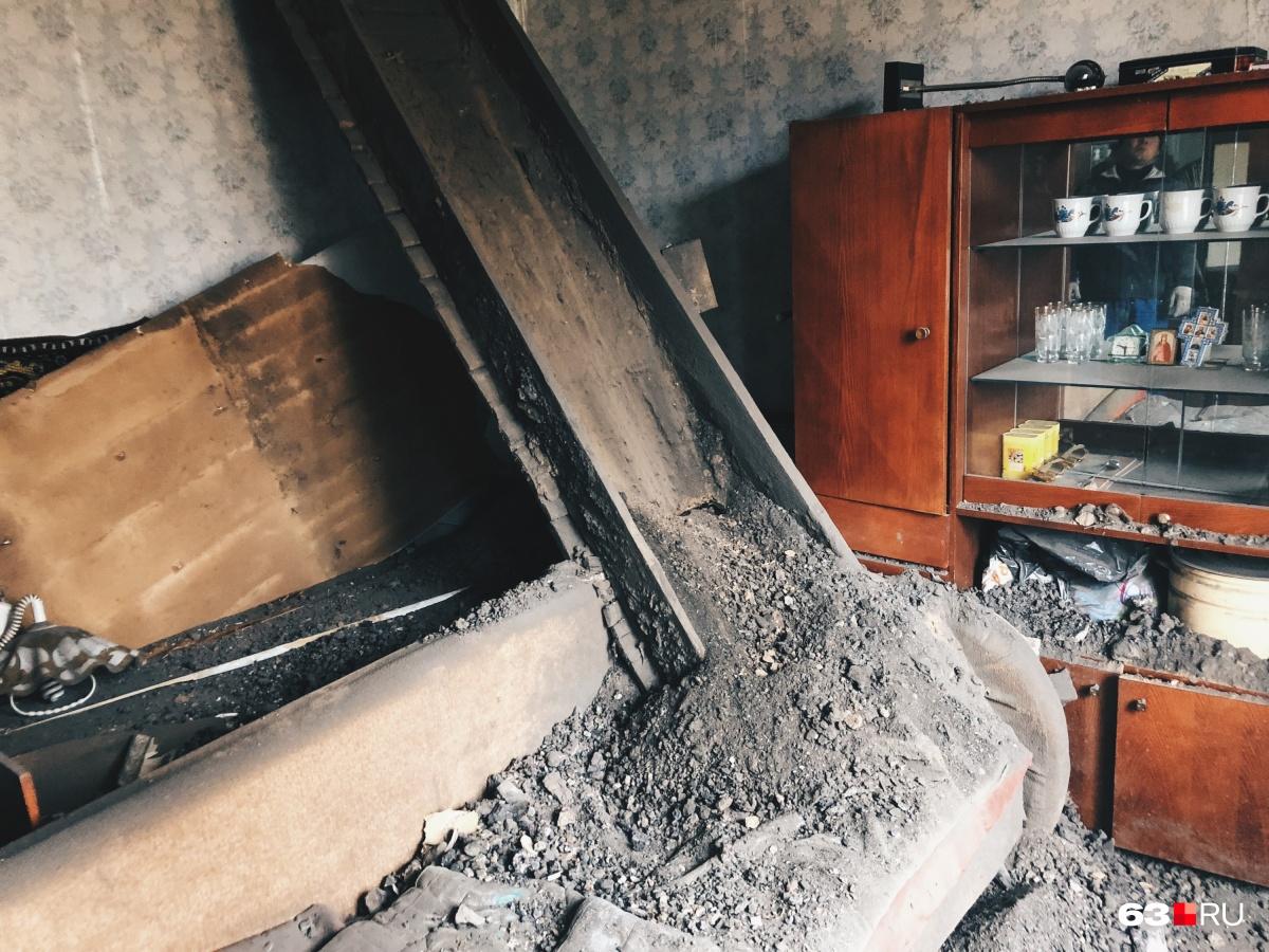 Ближе к восьми утра из этой комнаты раздался сильный грохот: сгнившая балка упала с потолка