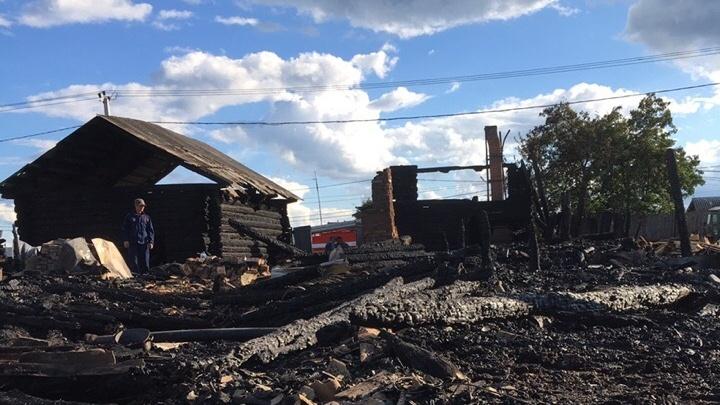 Под Тюменью от удара молнии сгорел двухэтажный жилой дом, в котором жила пара пенсионеров