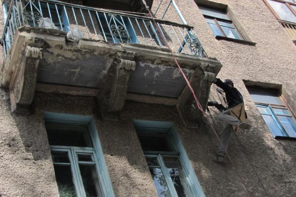 Рабочие начали срезать лепнину несколько дней назад