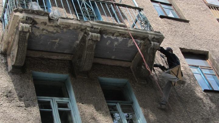 «Здание как из фильма ужасов»: с дома на Большевистской срезали красивую и опасную лепнину