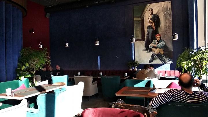 В разноцветной высотке у Нарымского сквера открылся ресторан с портретами киллеров из кино