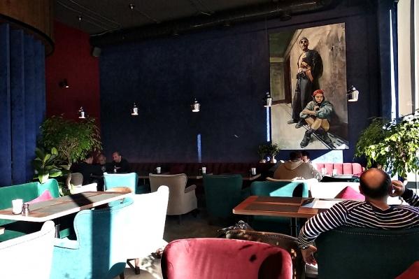 Основной зал ресторана украшает полотно с героями фильма «Леон»