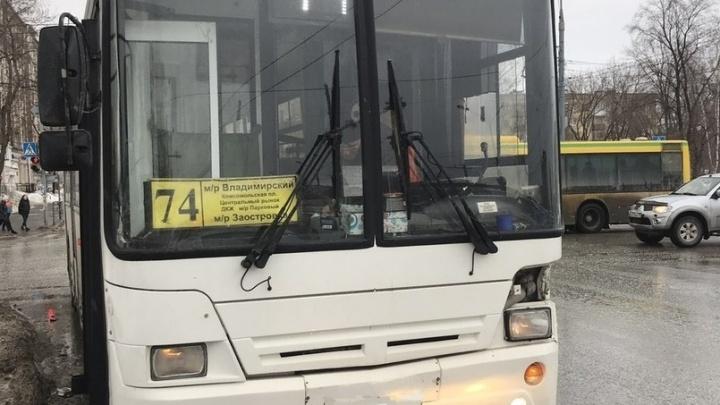 В Перми KIA Rio врезалась в 74-й автобус: кондуктор получила травмы