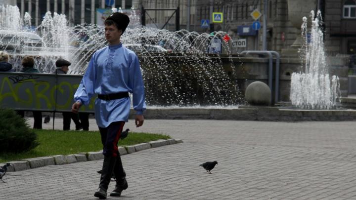 В Первомайском сквере собрались казаки с шашками