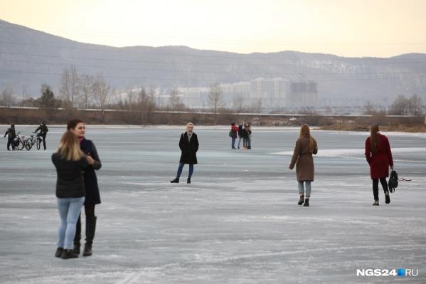 Красноярцам почему-то нравится ходить по льду Енисея