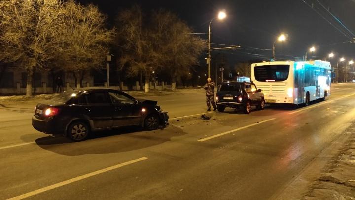 «Ниве» и автобусу ничего, а иномарка вдребезги: утром на проспекте Ленина произошло тройное ДТП