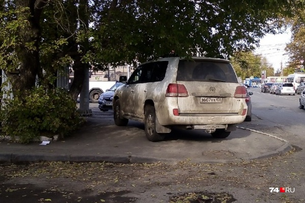 """В Челябинске нужно поставить памятник «Вечному """"Ленд-Крузеру""""». И поставить его поперёк тротуара. Макет уже готов"""
