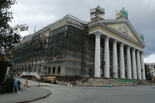 Театр будет окутан лесами ещё несколько месяцев