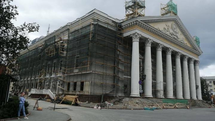 Новые кресла, занавес и фасад: Челябинский театр оперы откроет сезон в разгар ремонта