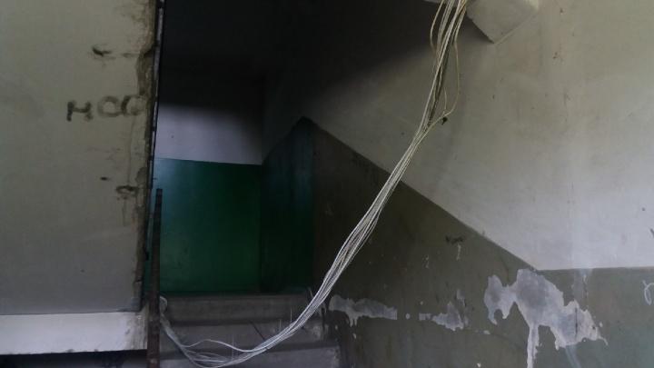 Жильцы дома в Нефтяниках пожаловались на лежащие на лестницах провода