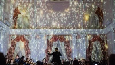 Звёзды падают вверх: в Омске оркестр исполнил музыку в темноте (и это было завораживающе)