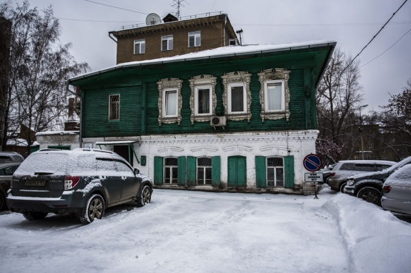Это один из немногих новониколаевских полукаменных домов, сохранившихся до нашего времени
