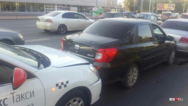 «В нас влетела девушка на KIA»: рассказ участника «паровозика» из легковушек на Московском шоссе