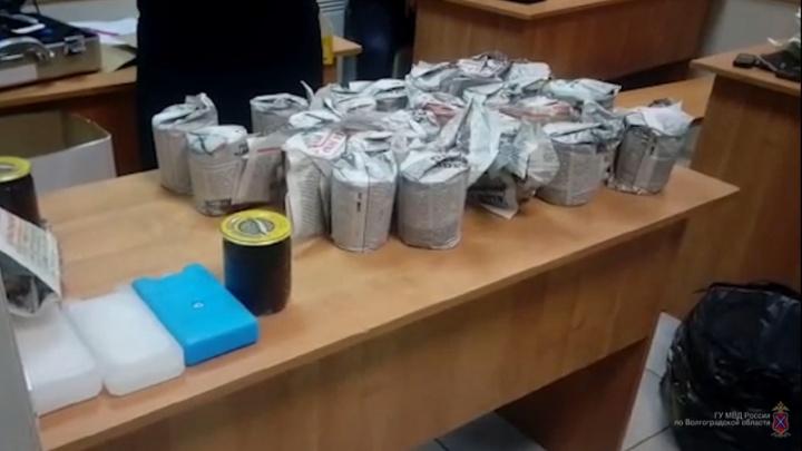 Килограммы деликатеса: в волжском автобусе нашли больше 40 банок контрафактной черной икры