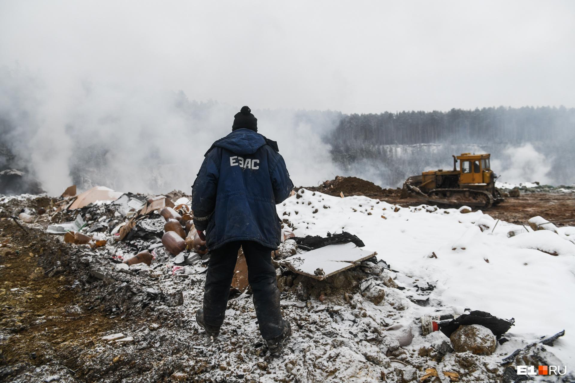 Для борьбы с огнем на горящей свалке выделяли бульдозер, который ровнял дорогу для снеговозов, трактор сгорел через несколько дней