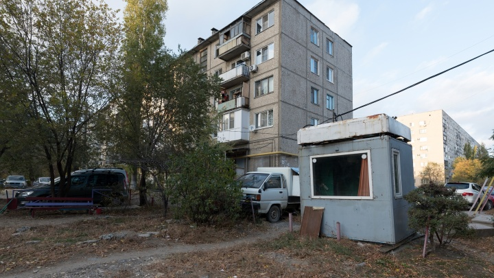 «Будем сносить»: чиновники Волгограда заинтересовались платной парковкой во дворе