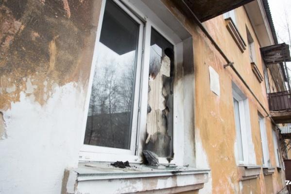 Пожар в квартире на первом этаже начался ночью, когда все спали