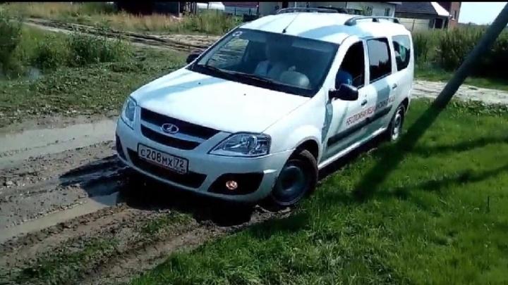 Под Тюменью машина неотложки, ехавшая к новорожденному, застряла в грязи