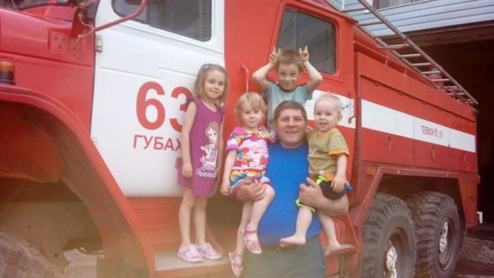 Случайно проезжал мимо: в Прикамье водитель пожарной машины спас из горящего дома семью