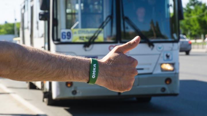 Передайте руку за проезд: тестируем первые омские транспортные браслеты