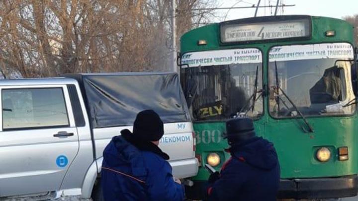 УАЗ занесло на Сибиряков-Гвардейцев: он вылетел наперерез троллейбусу