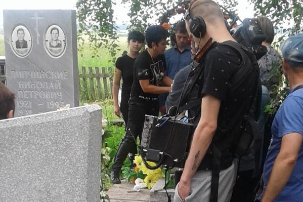 Съемки проходили даже на кладбище, где похоронены мужья героини