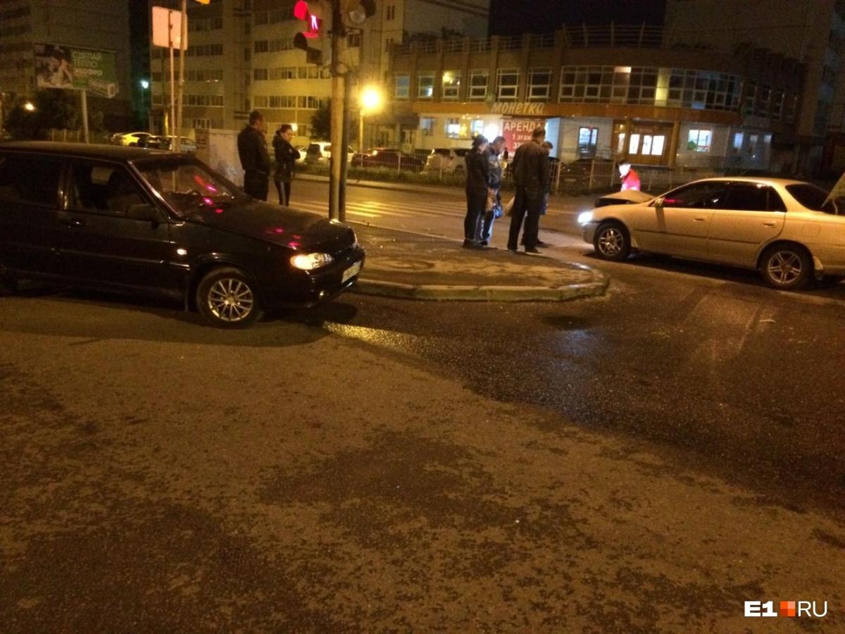 «Решил развернуться через две полосы»: на Уралмаше столкнулись два автомобиля