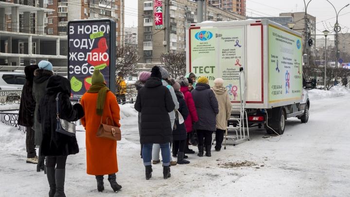 Новосибирцы два дня подряд выстраиваются в очередь возле «Ройял Парка», чтобы проверить родинки