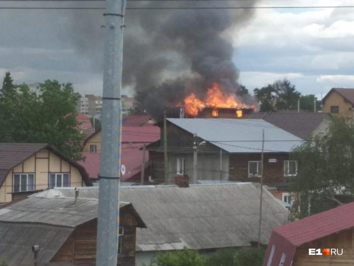 Клубы дыма видны за километры от места происшествия