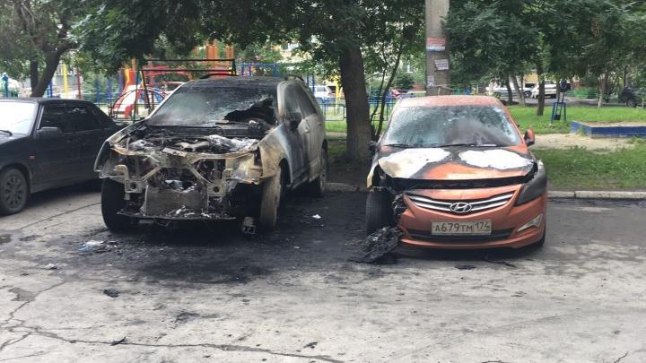 На парковке челябинской многоэтажки ночью выгорели два автомобиля