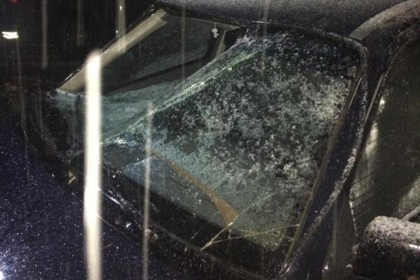 От удара у машины вмяло стекло в салон