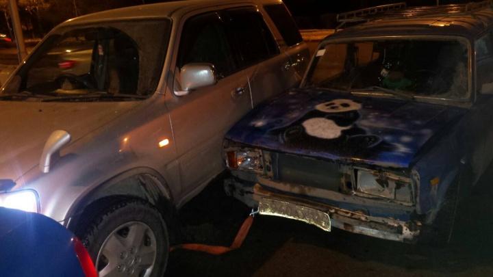«Без бутылки не разобраться»: поворачивающая на Красраб «Хонда» наехала на буксируемый ВАЗ