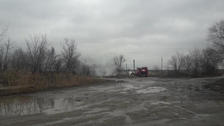 «Черный дым поднимается столбом»: в Волгограде тушат траву за ТЦ «Акварель»