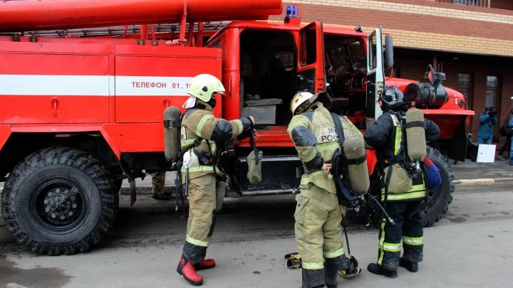 Омские пожарные спасли двоих детей, спавших в задымлённой комнате общежития