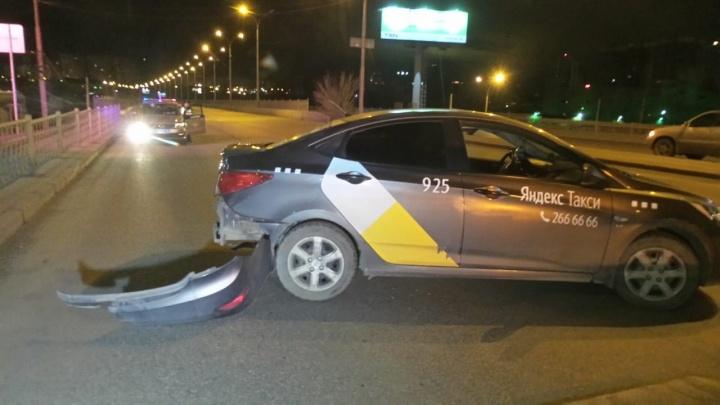 На Халтурина таксист устроил ДТП, когда полез за упавшим телефоном