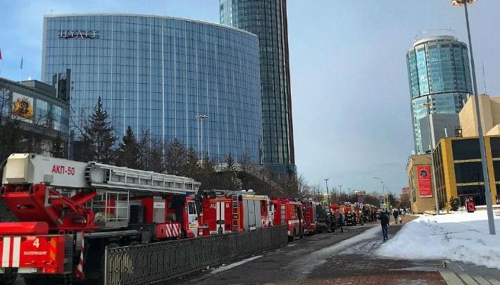К скверу у Драмтеатра стянулась вереница пожарных машин