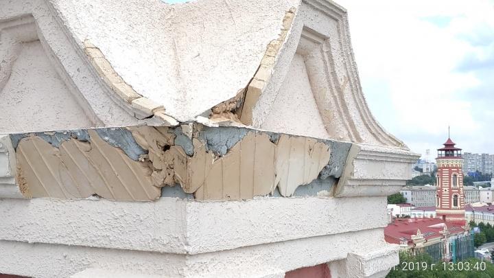 «Брак и куча недоделок»: волгоградский общественник показал халтуру при ремонте башни Масляева
