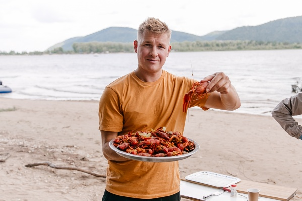 Звездный шеф-повар наловил раков с самарскими рыбаками