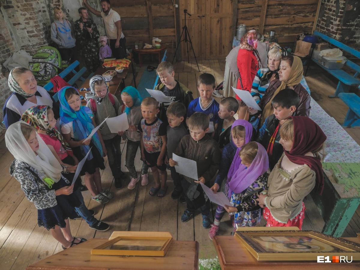 По выходным дети поют церковные песни и учат основы православия