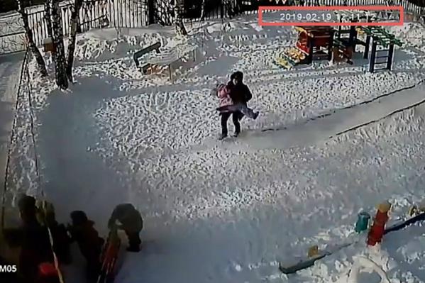 Воспитатель заметила висящей на лестнице девочку лишь спустя почти две минуты после случившегося